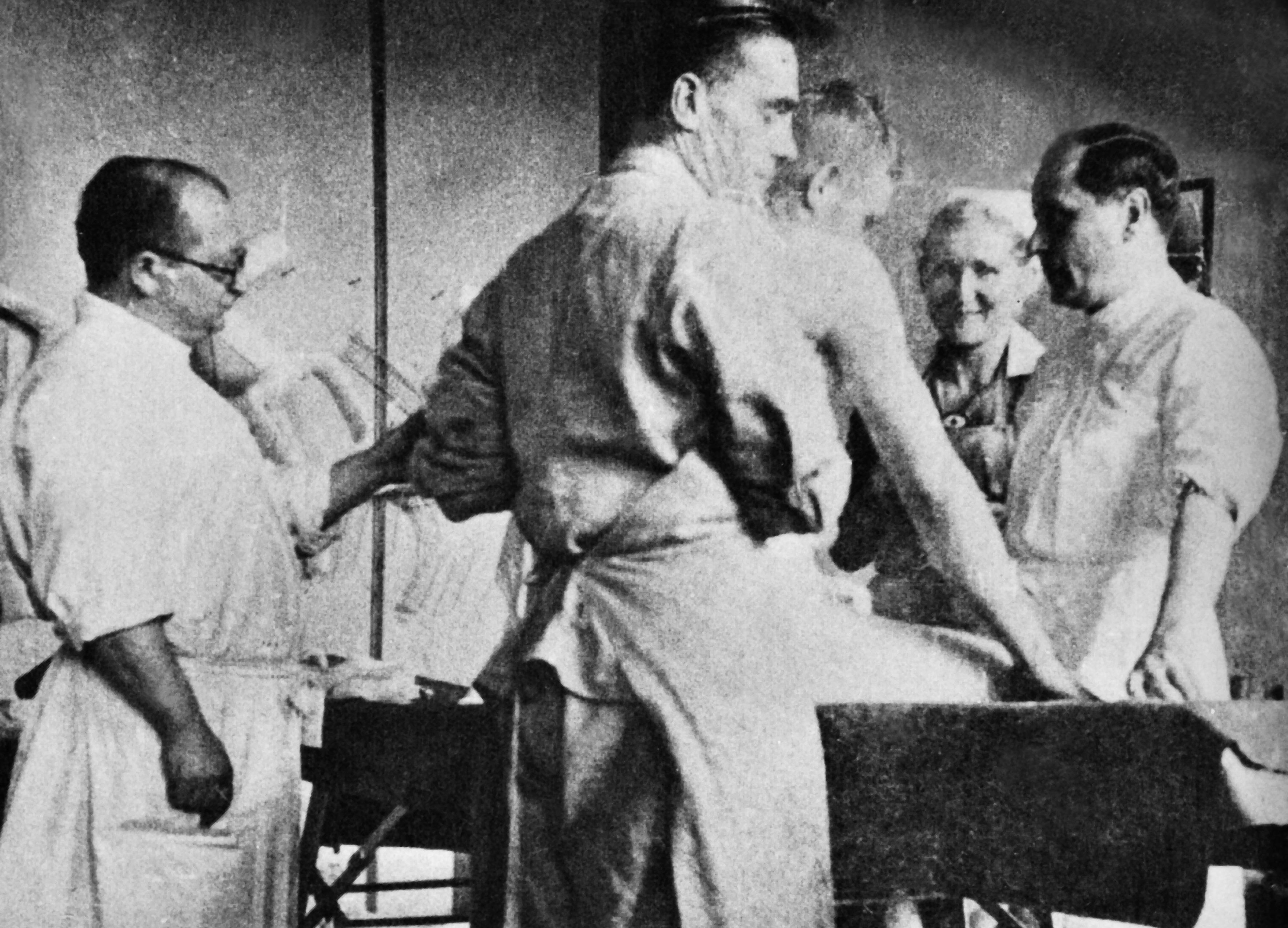 Il dottor Clauberg in sala operatoria