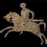 Piastrina in bronzo di uno scudo raffigurante un cavaliere longobardo.