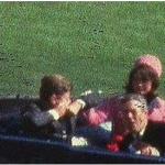 Il secondo proiettile sparato dal deposito di libri colpisce il presidente Kennedy alla schiena e alla gola