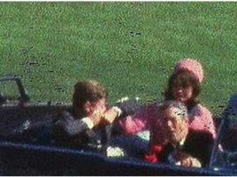 Il secondo proiettile sparato dal deposito di libri colpisce il presidente Kennedy alla schiena ed alla gola