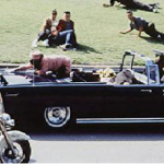 La first lady protesa sul baule della limousine nel vano tentativo di afferrare un frammento del cranio del marito