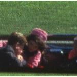 Kennedy poco prima di essere raggiunto dal terzo proiettile esploso dal deposito di libri