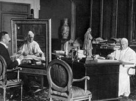 Pio X nel suo studio.