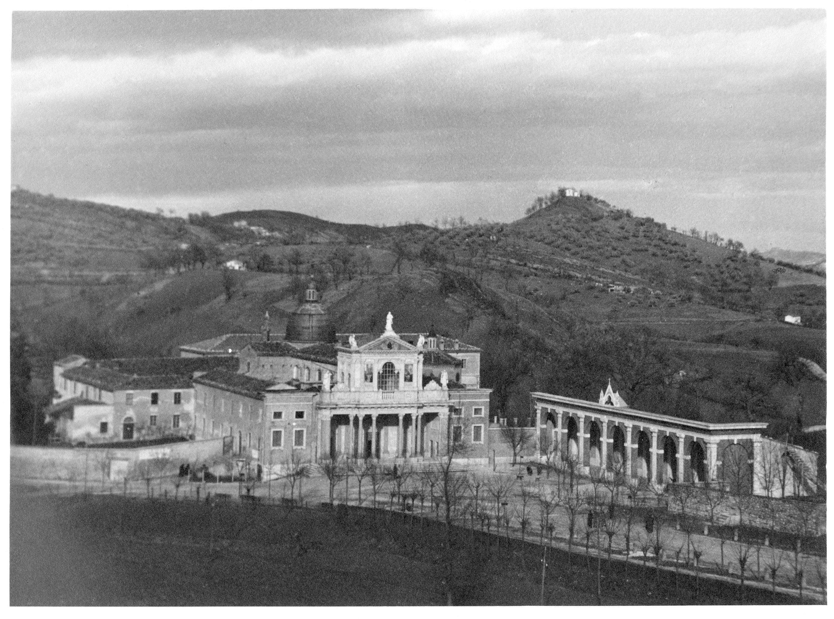 Il santuario di San Gabriele, a destra i locali dove erano ospitati gli internati