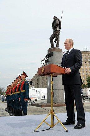 Vladimir Putin durante una commemorazione militare