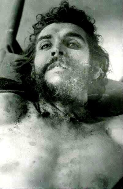 Il corpo di Che Guevara esposto subito dopo l'uccisione