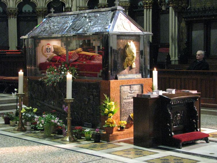 La salma di Stepinac esposta nella cattedrale di Zagabria