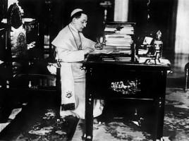 Benedetto XV nel suo studio