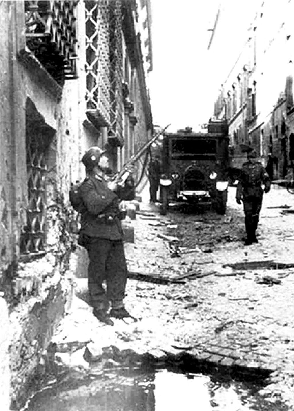 Via Rsaella poco dopo lo scoppio, in basso il cartere lasciato dall'esplosione davanti a palazzo Tittoni.