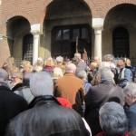 Il pubblico all'ingresso della chiesa