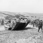 Un carro armato inglese impegnato nella battaglia della Somme, 1916