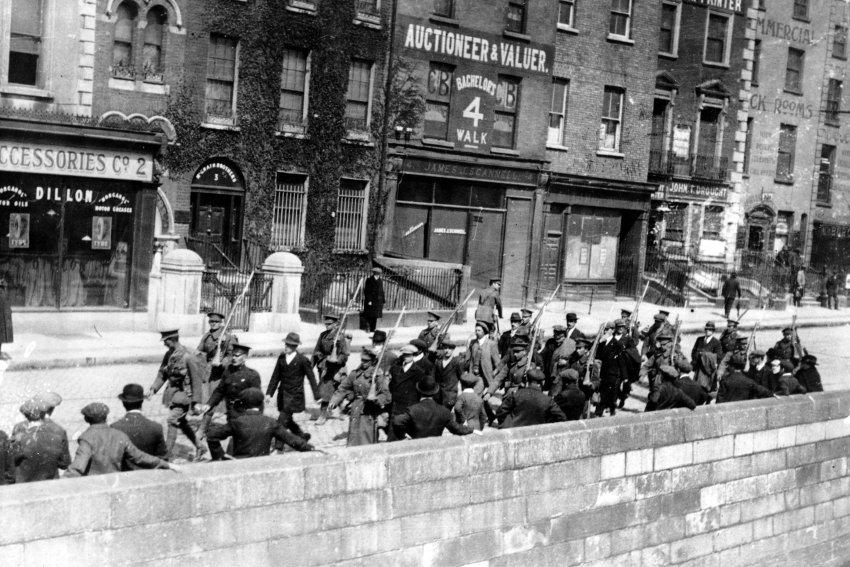 Soldati britannici con un gruppo di prigionieri alla fine della rivolta