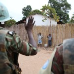 Bambini salutano due soldati dell'ONU in Congo - MONUSCO Photos