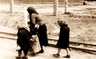 Bundesarchiv_Bild_183-74237-004,_KZ_Auschwitz-Birkenau,_alte_Frau_und_Kinder