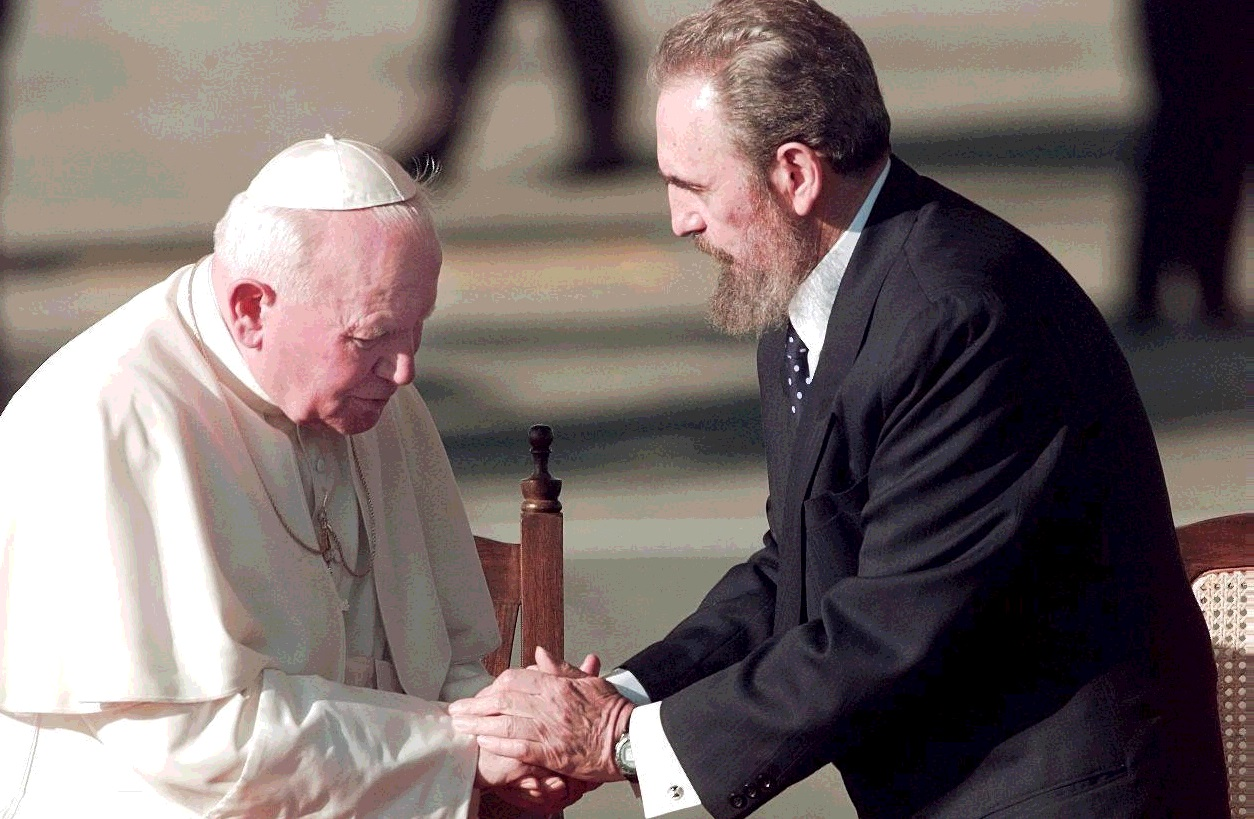Castro riceve Giovanni Paolo II a Cuba