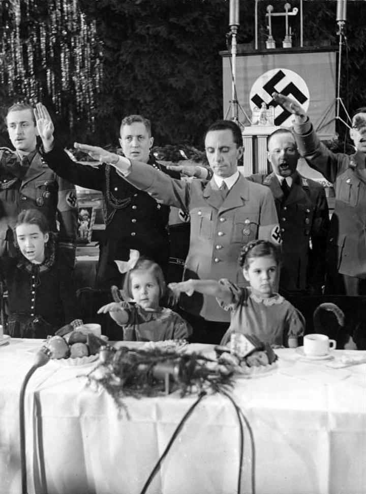 Natale 1937, Joseph Goebbels con le figlie Helga e Hilde