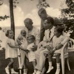 La famiglia Goebbels nel 1937, Magda tiene in braccio la neonata Holde