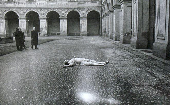 Il corpo di Jan Masaryk nel cortile di palazzo Czernin
