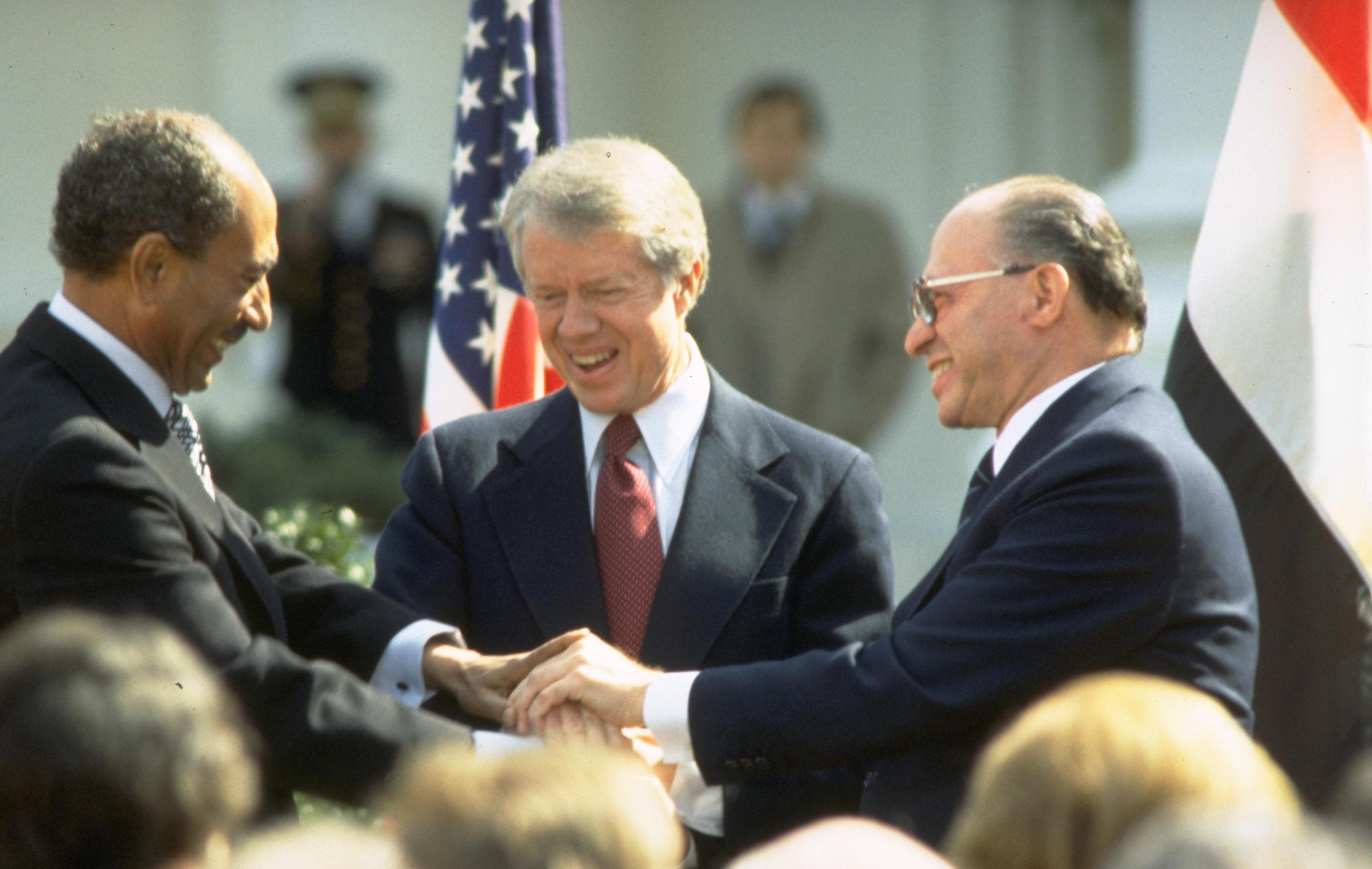 SAadat, Carter e Begin dopo la firma degli accordi di Camp David, 1978