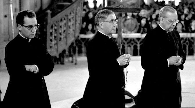 Al-centro-della-foto-il-fondatore-dell'Opus-Dei-Escrivá-de-Balaguer.-A-destra-il-suo-primo-successore-Álvaro-del-Portillo.-A-sinistra-il-secondo-successore-di-Escrivá-Javier-Echevarría