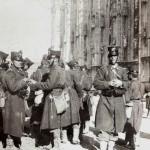 Soldati in piazza Duomo a Milano, 1898
