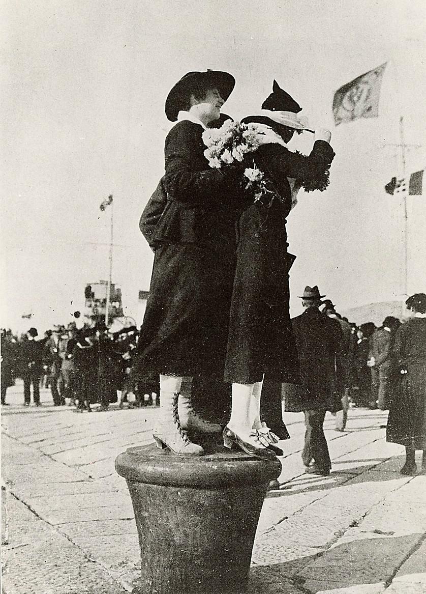 Due donne salutano l'arrivo di Vittorio Emenuale III