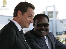 Nicolas Sarkozy e Omar Bongo durante una visita in Gabon nel 2007