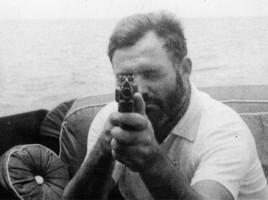 Hemingway armato di mitra sul Pilar