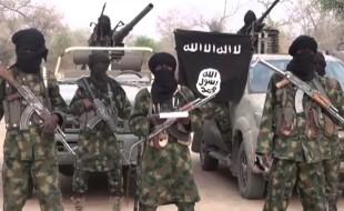 miliziani-di-boko-haram-con-la-bandiera-del-gruppo