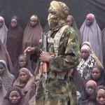Un miliziano con le studentesse rapite nel 2014
