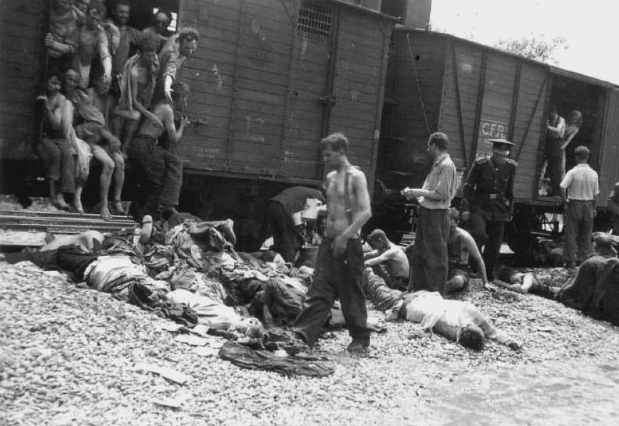 Cadaveri rimossi da uno dei due treni con gli ebrei di Iaşi