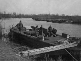 Bombarde su un ponrone a Cavazucherina, 1917