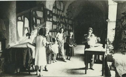 Rifugiati nel chiostro del convento di San Lorenzo al Verano dopo il bombardamento del 1943.