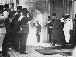 il-deposto-sultano-lascia-il-palazzo-per-andare-in-esilio-17-novembre-1922
