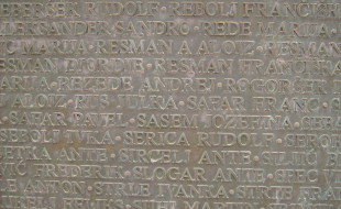 I nomi delle vittime sulla lapide del memoriale a Gonars