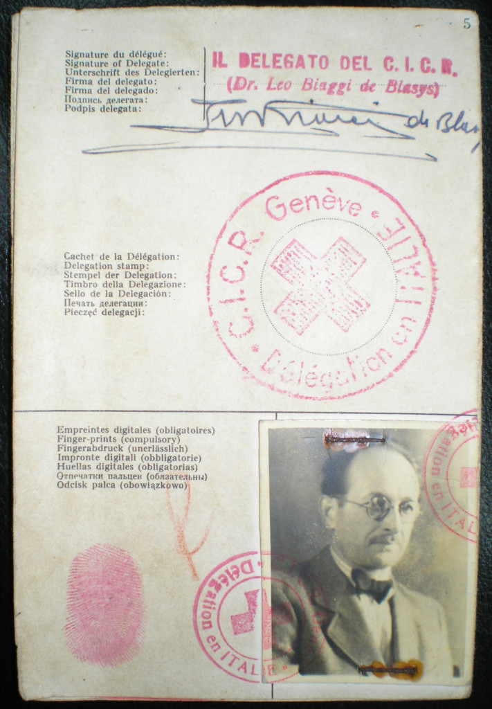 Il passaporto della Croce Rossa con cui Eichmann raggiunse l'Argentina