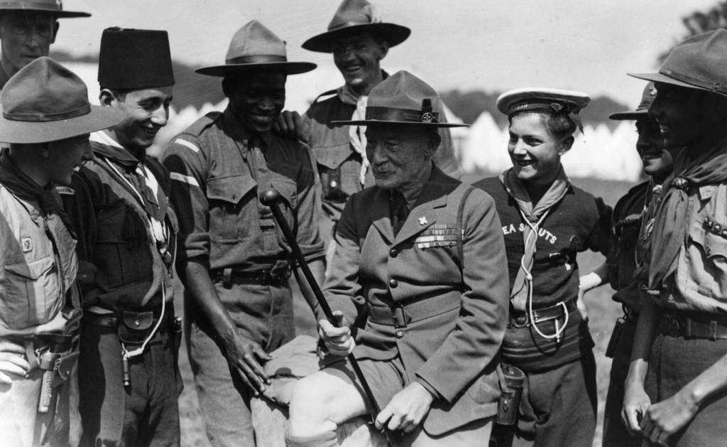 Robert Baden-Powell, fondatore dello scoutismo, tra un gruppo di scout