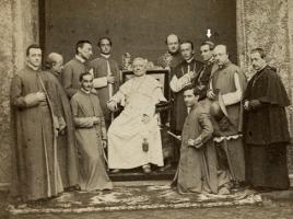 Pio IX nel 1870 con i suoi collaboratori (la freccia indica il segretario di stato card. Antonelli).